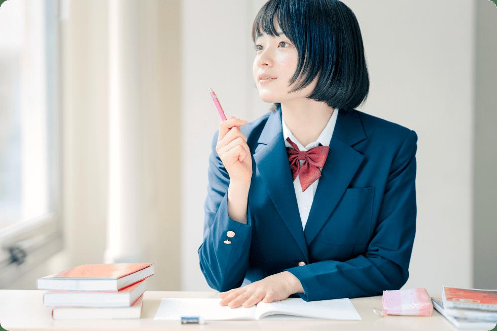 ペンを持つ生徒の写真