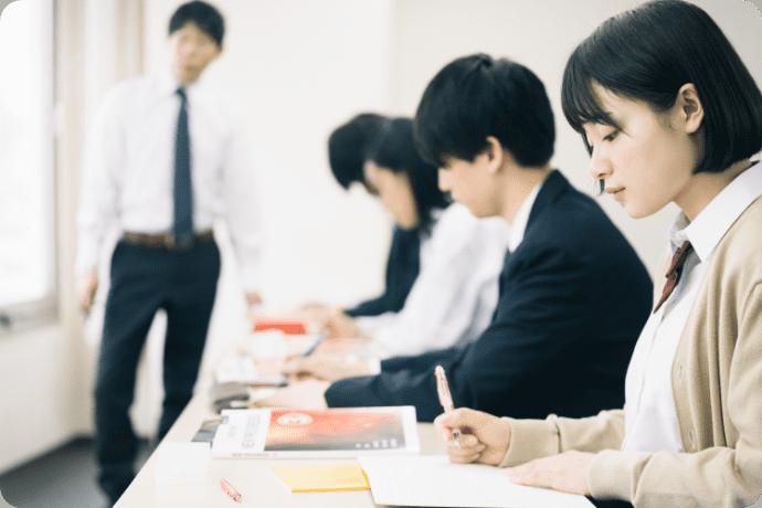 勉強をする生徒の写真