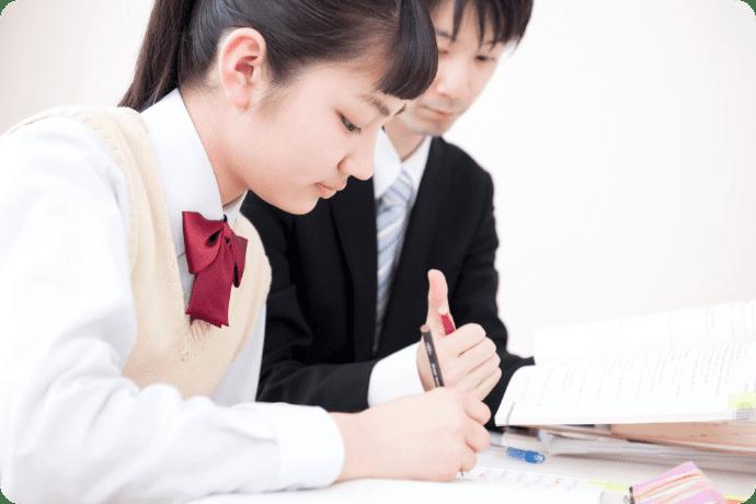 勉強を教わる生徒の写真